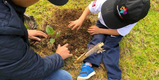 """Voluntarios #KOF reforestan área en Guatemala, como parte del programa de reabastecimiento """"Agua por el Futuro""""."""
