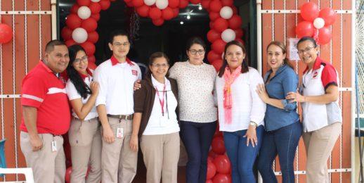 Madres en Nicaragua celebran su día con grandes sonrisas.