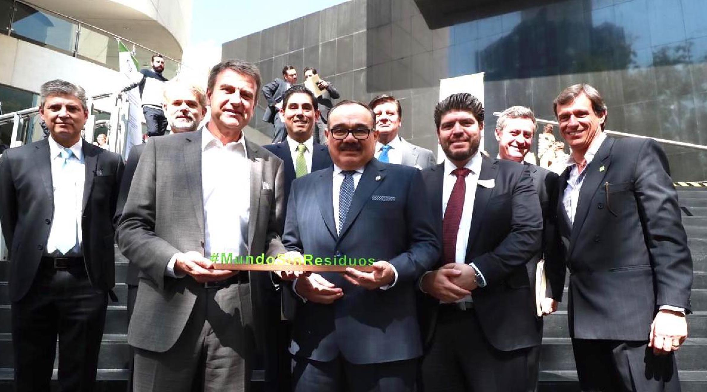 Coca-Cola FEMSA de la mano de la Industria Mexicana de Coca-Cola, se unen al Acuerdo Nacional para la Nueva Economía del Plástico en México.