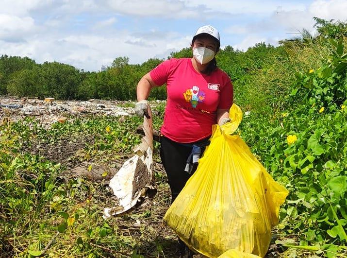 Voluntarios del Sistema Coca-Cola se unen a la limpieza de playas en Panamá.